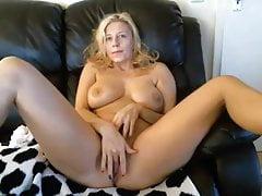 Super heiße Milf masturbiert vor der Webcam