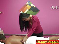 Asijské handjob masseuse táhnout chlápka až do cum