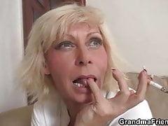 Dreier Orgie mit alten blonden Frau