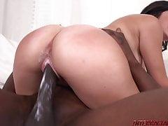 La nuova ragazza Natalie Brooks cavalca un grosso cazzo nero