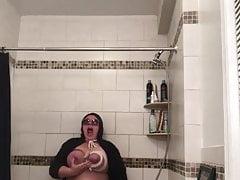 Masturbacja za pomocą głowicy prysznicowej i ostrzałki do noży