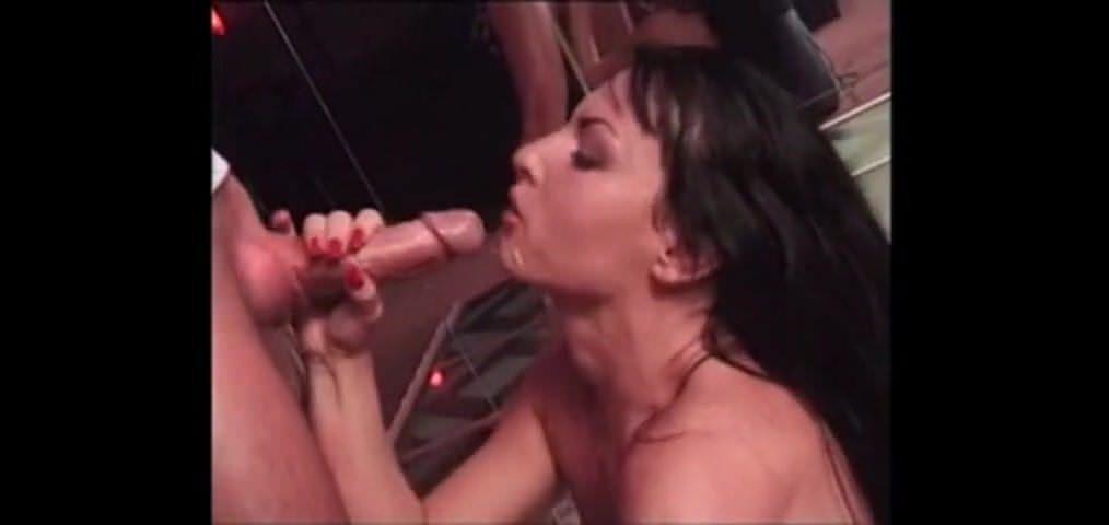 Порно молоденькую ебут трое