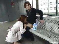 Untertitelter japanischer öffentlicher Blowjob und Streifen im Zug