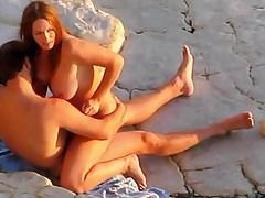 Sex am Strand. Glückliches Paar.