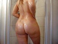La classica bionda PAWG in primo piano fa la doccia