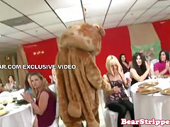 OMG gf suce des strip-teaseuses à une fête