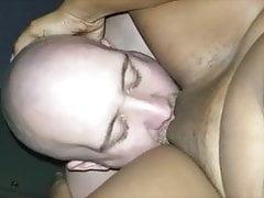 Weißer Kerl isst verheiratete haitianische MILF-Muschi