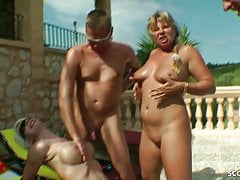 REAL GROUP SEX OF GERMAN MILFs mit Jungs am Pool in Holiday