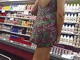 Morena safada de vestido solto mostrando o rabo