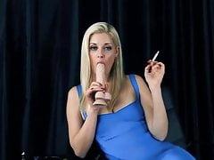 La bionda Charlotte fuma feticamente fetish