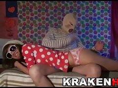 Sladká mladá dívka v domácí BDSM videu