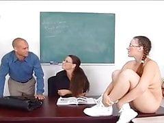 Insegnante offre al suo collega uno dei suoi allievi per il cazzo.