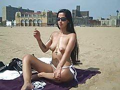 Elena pokazuje swoją cipkę na NON-Nude Public Beach!
