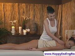 La massaggiatrice lesbica si lecca sensualmente la figa