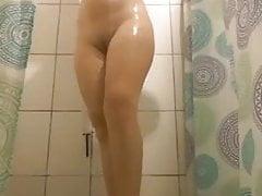 Sì, papà, puoi guardarmi mentre faccio la doccia