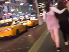 Lesbiche adolescenti che camminano per le strade
