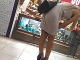 Loira mascando o vestido com o rabo