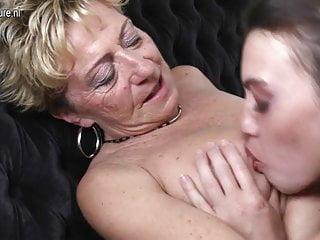 老女同性戀阿媽由年輕的女同性戀者操