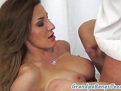 Masturbating Teen Babe von Opa geschraubt
