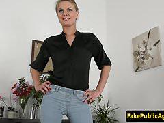 Casting booty di bellezza spunked sul divano casting