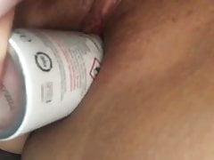 Jung dziewczyna pieprzy swoją cipkę z butelką dezodorantu
