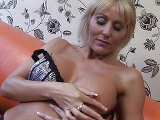 熱英國美洲獅媽媽和她的陰戶一起玩