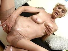 Nonna moderna con la vagina affamata pelosa
