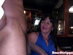 Amatorskie gospodynie oszukuje na imprezie striptizerki
