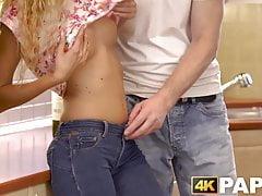Seksowna młoda baba z ładnymi małymi cyckami pieprzy dojrzałego faceta