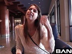 Zoey Laine prende un cazzo grezzo e carica la faccia per BANG!