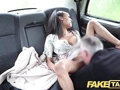 Fake Taxi Petite ebony z dużymi cyckami działa jak kurek
