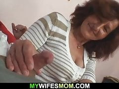 Frau verlässt und Schwiegermutter fickt ihn