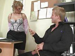 Mujer madura de oficina se folla a su empleada