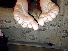 Gianna porusza swoje seksowne stopy (rozmiar 40)
