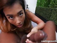 18-letni Azjata dostaje creampied przez pierwszego czarnego kutasa