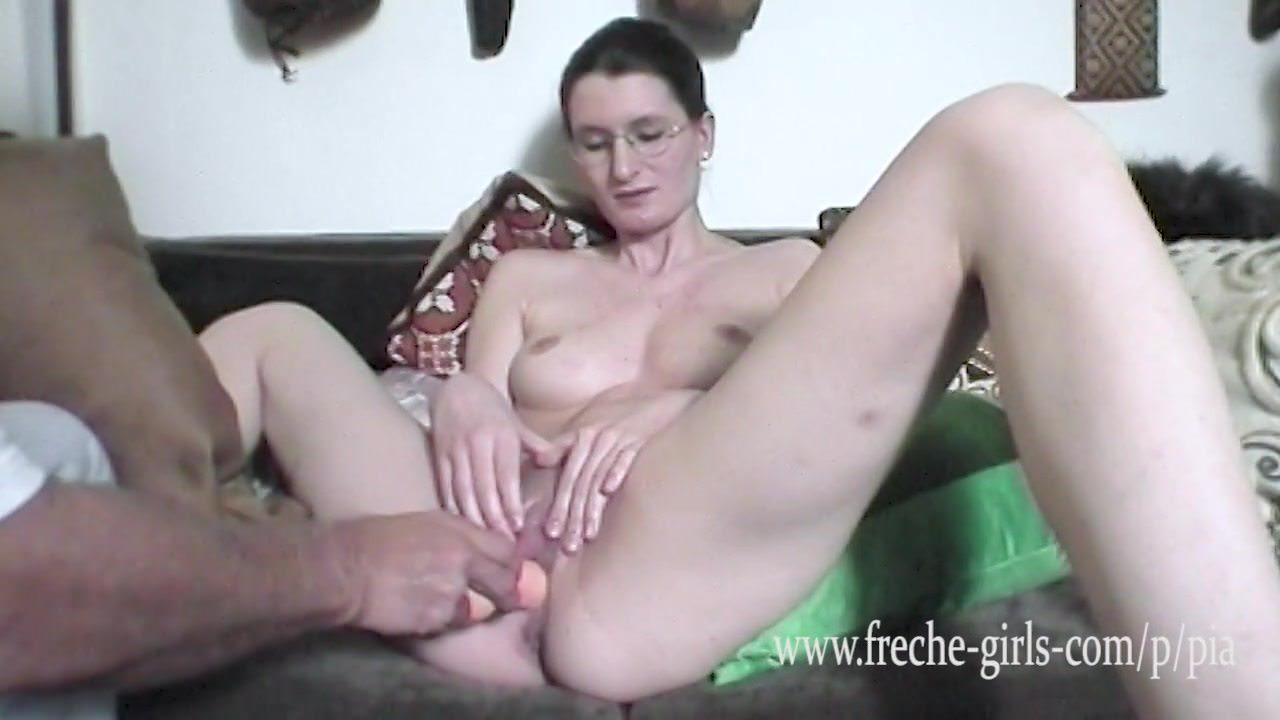 Девушка мастурбирует и ласкает свою грудь