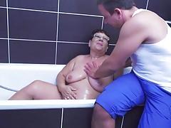 Große Oma nimmt Jungschwanz nach dem Duschen