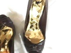 Strumpfhosen-Füße tragen frisch gezogene Peeptoes
