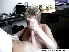 Lavoro a mano catturato mentre si guarda porno