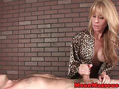 Massaggiatrice Milf tettona tirando e battendo cazzo