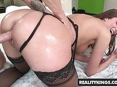 Vivie Delmonico will einen großen Schwanz und einen Daumen in ihrem Arsch
