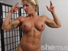 Nacktes weibliches Bodybuilderpinup-Mädchen