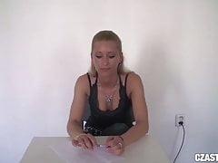 CZasting - Heiße Blondine mit schlankem Körper rauchen