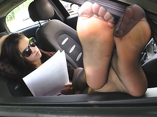 porno zadarmo - Brunette in black pantyhose shows feet from her on the road