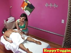 Masseuse asiatique client sixtynines avec spycam