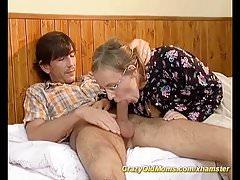 nonnina pelosa procace gode il suo primo sesso anale