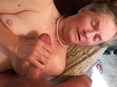 La nonna ama la sua collana di perle