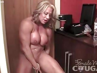 Vibrator Cougars video: Mature Female Bodybuilder Vibes Her Swollen Clit