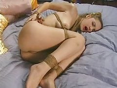 jeune shanta attachée sur le lit