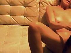 Mein kleines Sex-Biest bates ihre Pussy mit Plug auf versteckter Kamera